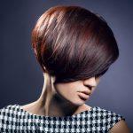 Frau mit trendiger Kurzhaar-Frisur