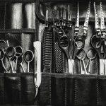 Handwerkszeug eines Friseurs oder Barbiers: Scheren, Kämme, Messer