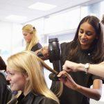 Friseur-Ausbildung: Azubi beim Föhnen und Frisieren