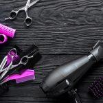 Friseur-Zubehör: Scheren, Kämme, Lockenwickler, Föhn