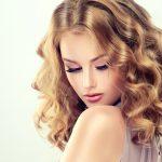 Frau mit gewelltem Haar